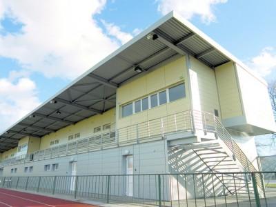Nová tribuna s vnitří běžeckou dráhou a šatnami na Tyršově stadionu v Šumperku